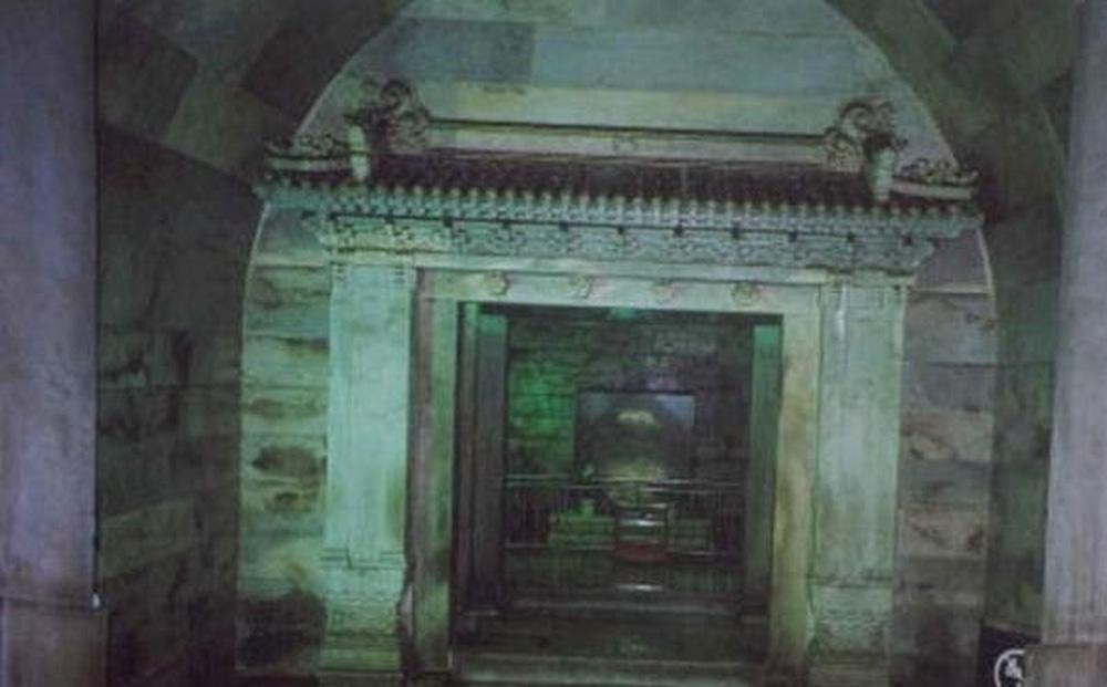 Vượt qua làn khói kỳ lạ từ mộ cổ 300 năm, chuyên gia đụng độ hàng nghìn 'phi đao': Ai nấy đều bỏ chạy