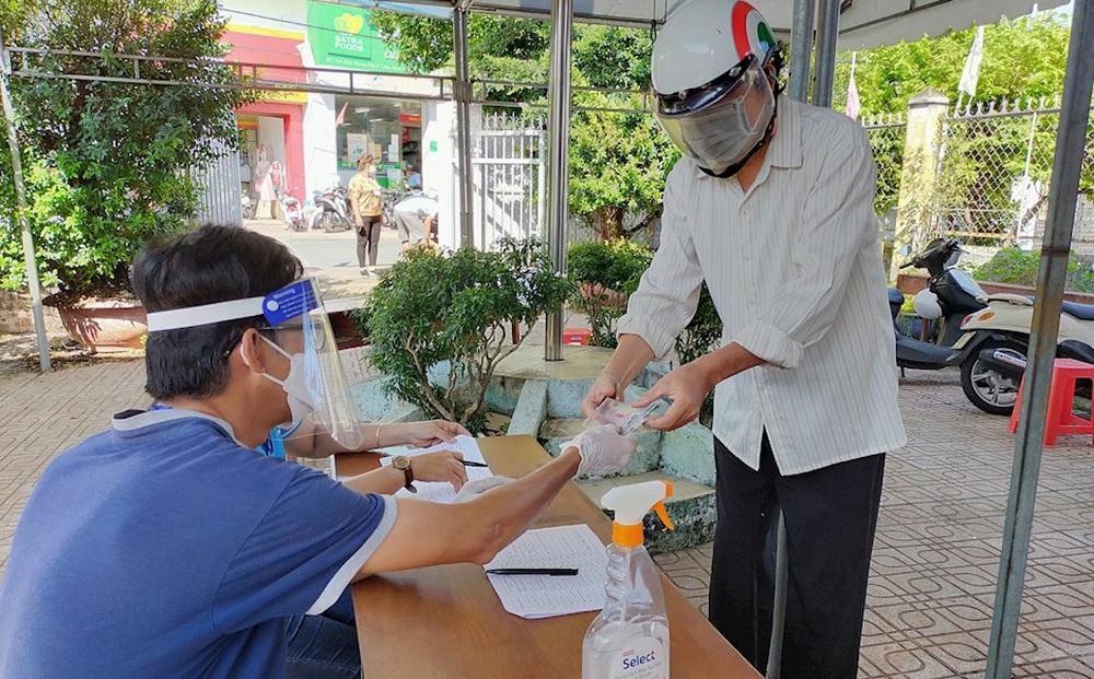 Dân phản ánh ký tên nhận trợ cấp đã lâu nhưng không có tiền, lãnh đạo phường nói 'là nhầm lẫn'
