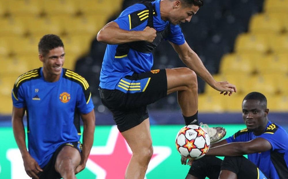"""Đồng đội dán mắt theo dõi Ronaldo trình diễn skill trước """"trận đánh"""" tiếp theo của MU ở Champions League"""