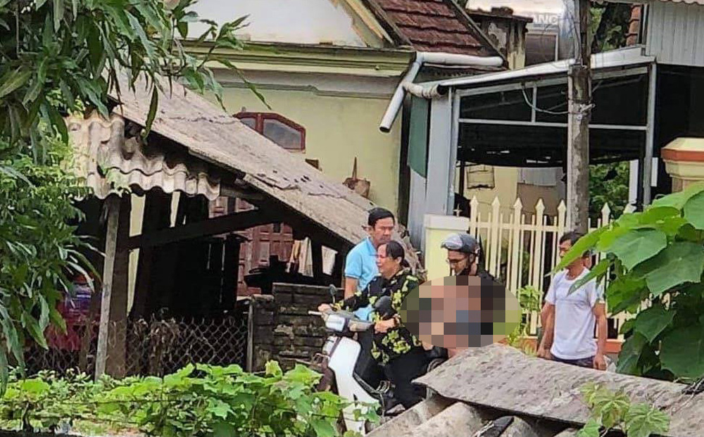 Người thân đưa nạn nhân Đ. đi cấp cứu nhưng không kịp.