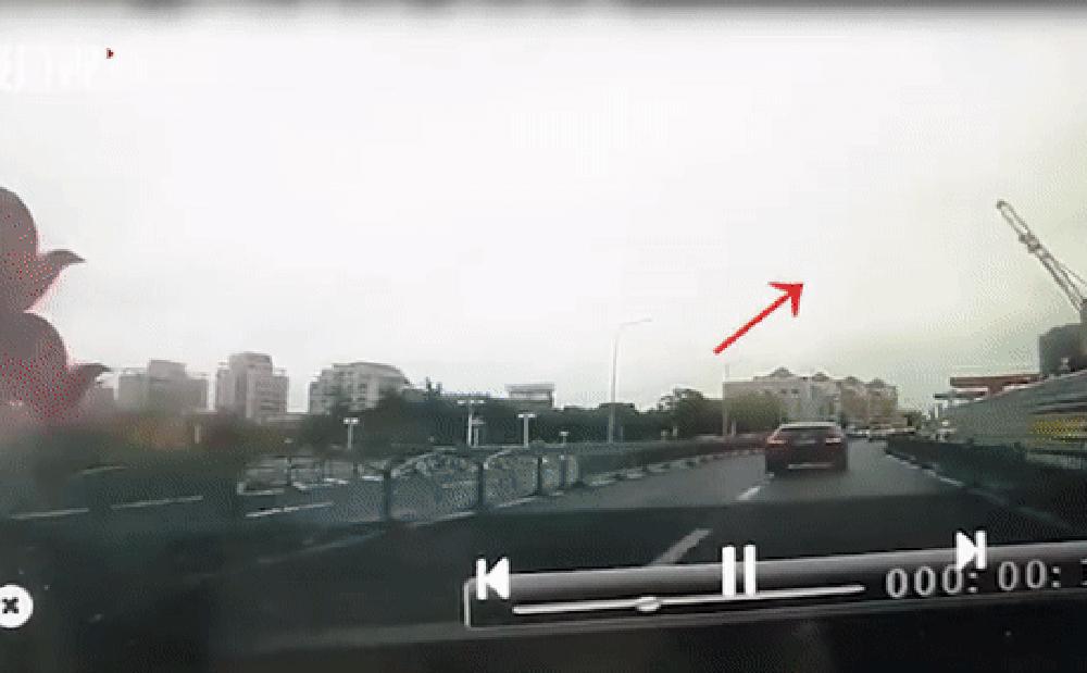 Clip: Cần cẩu bị gió mạnh thổi đổ sụp trúng ô tô trên đường, tính mạng tài xế nguy kịch