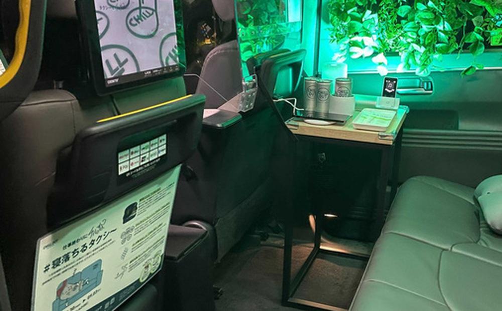 Xe Toyota được hoán cải thành taxi ngủ: Hàng ghế sau như một nhà trọ mini mà lại free