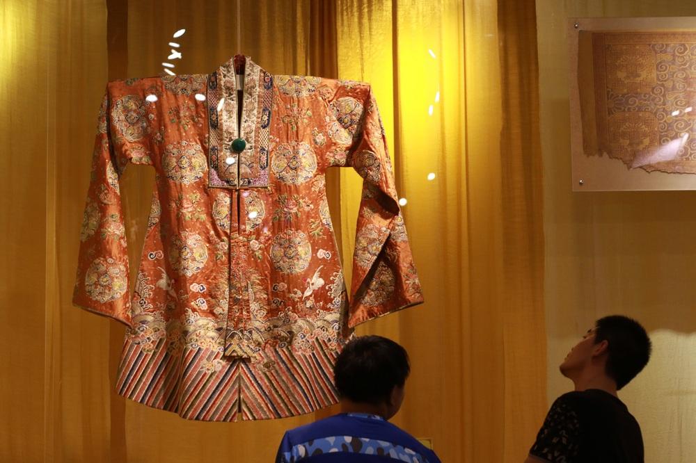 'Phù thủy' của những chiếc áo trăm triệu duy nhất Việt Nam: Áo vua mặc thế nào tôi thêu đúng như thế, chuẩn đến từng milimet - Ảnh 2.
