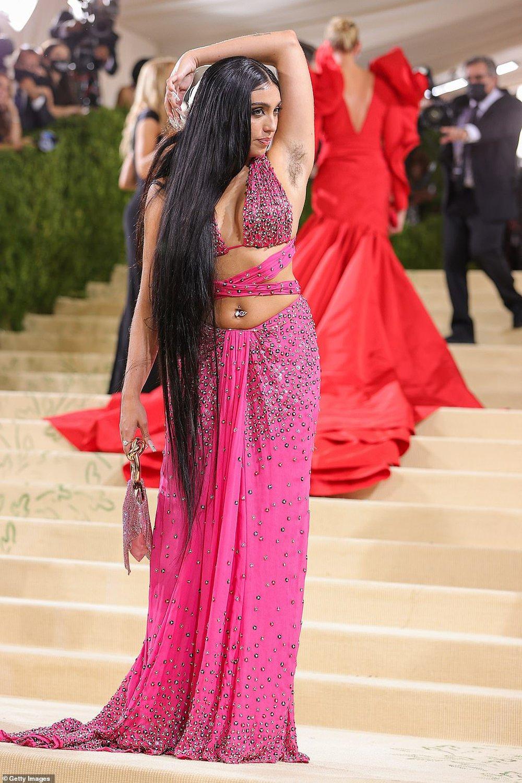 Con gái Madonna mặc hở hang, khoe lông nách và tạo dáng khó hiểu trên thảm đỏ Met Gala 2021 - Ảnh 3.
