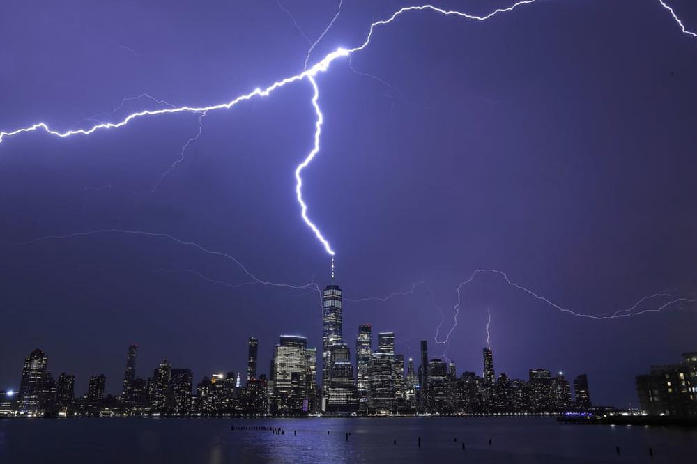 24h qua ảnh: Sét đánh trúng đỉnh tòa nhà chọc trời ở Mỹ - Ảnh 2.