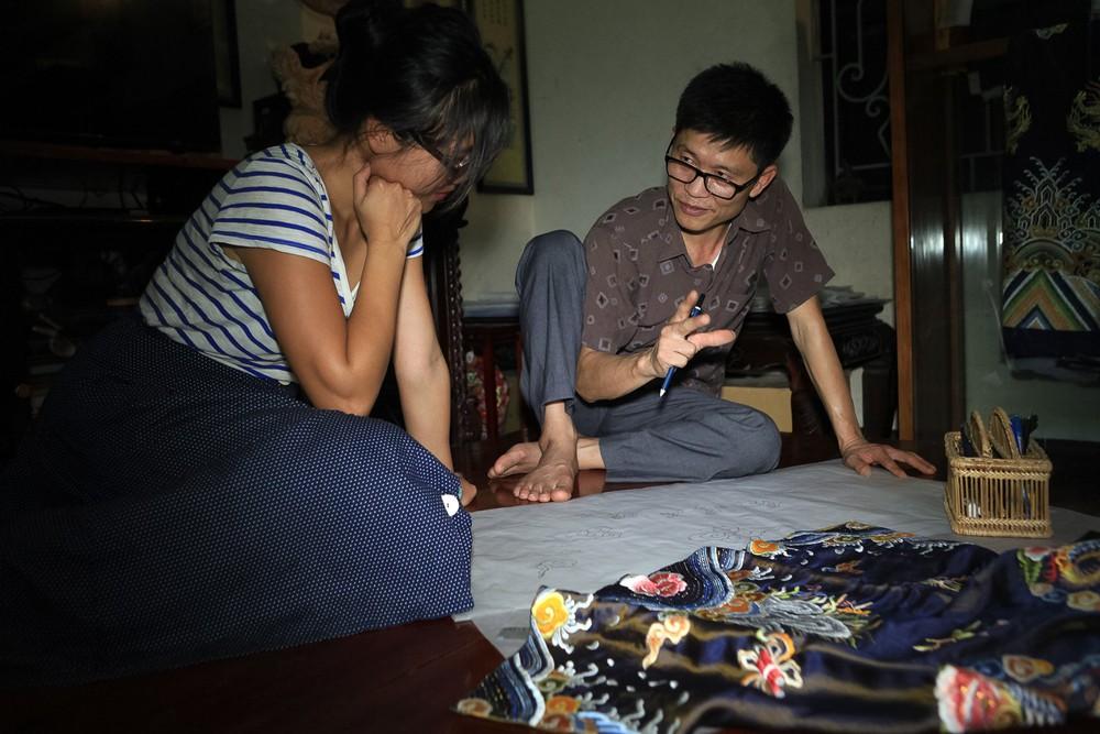'Phù thủy' của những chiếc áo trăm triệu duy nhất Việt Nam: Áo vua mặc thế nào tôi thêu đúng như thế, chuẩn đến từng milimet - Ảnh 9.