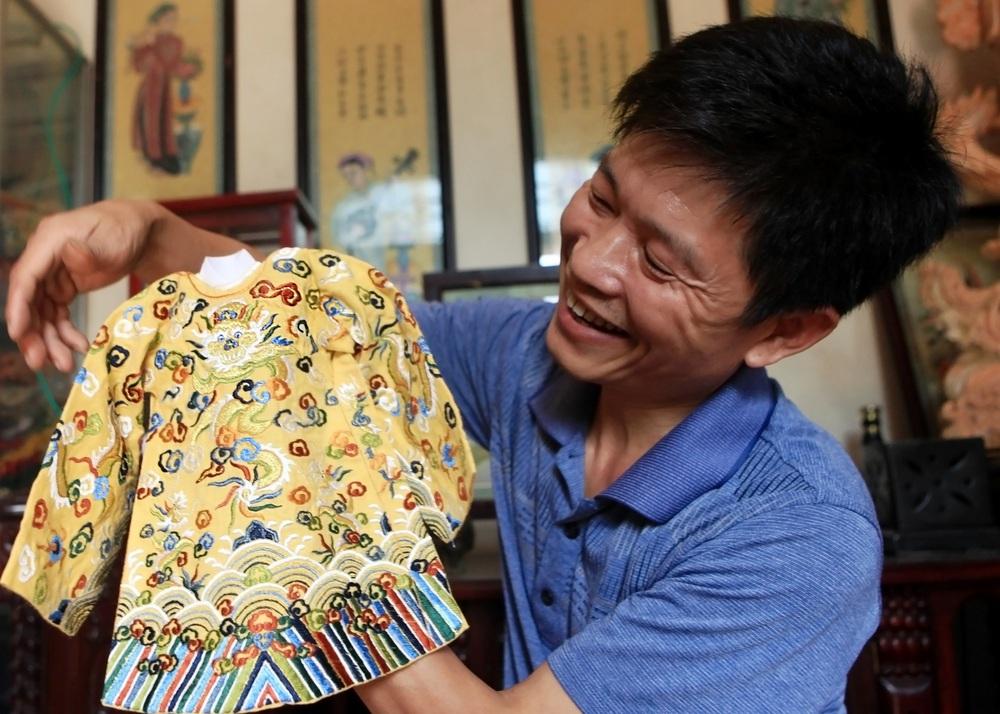 'Phù thủy' của những chiếc áo trăm triệu duy nhất Việt Nam: Áo vua mặc thế nào tôi thêu đúng như thế, chuẩn đến từng milimet - Ảnh 12.