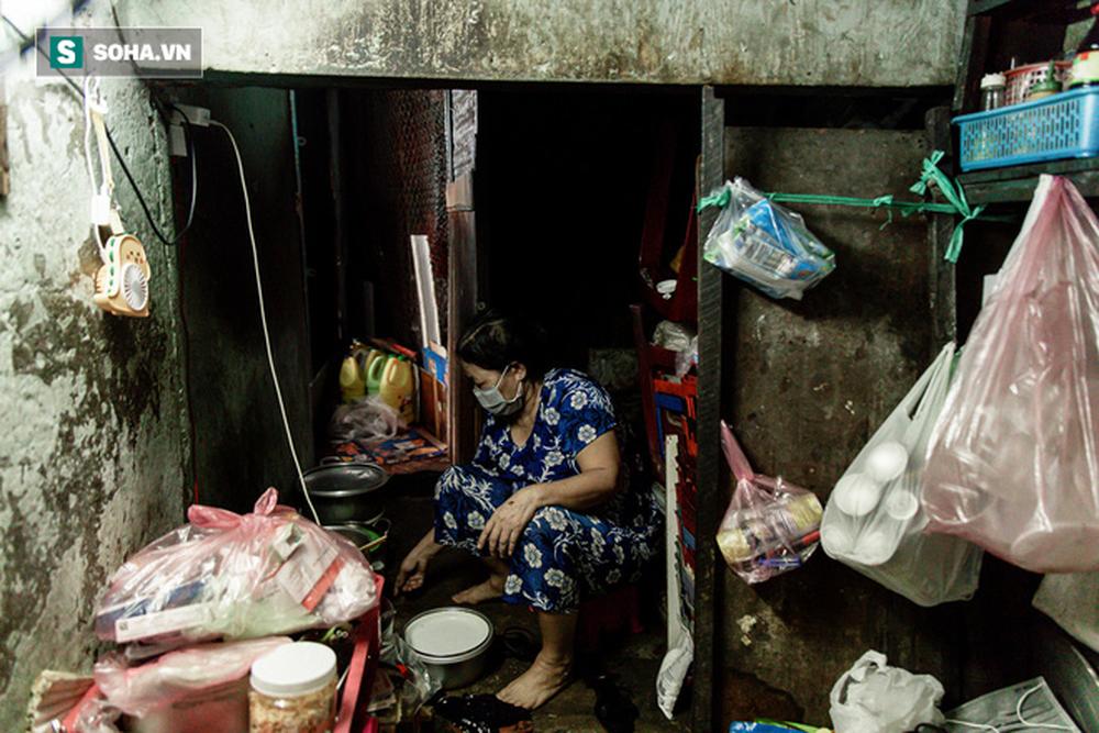 """Hai mẹ con sống dưới gầm cầu thang suốt 23 năm: """"Bố đột quỵ, mẹ đột quỵ, mai mốt con có thế không?"""" - Ảnh 7."""