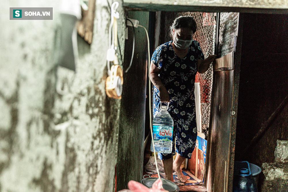 """Hai mẹ con sống dưới gầm cầu thang suốt 23 năm: """"Bố đột quỵ, mẹ đột quỵ, mai mốt con có thế không?"""" - Ảnh 4."""