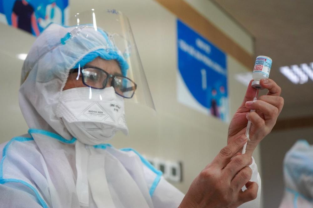 Đã tiêm gần 100% vaccine mũi 1, Hà Nội, TP HCM nới lỏng giãn cách được chưa? TS Thu Anh: 5 câu hỏi cần trả lời trước khi quyết định - Ảnh 2.