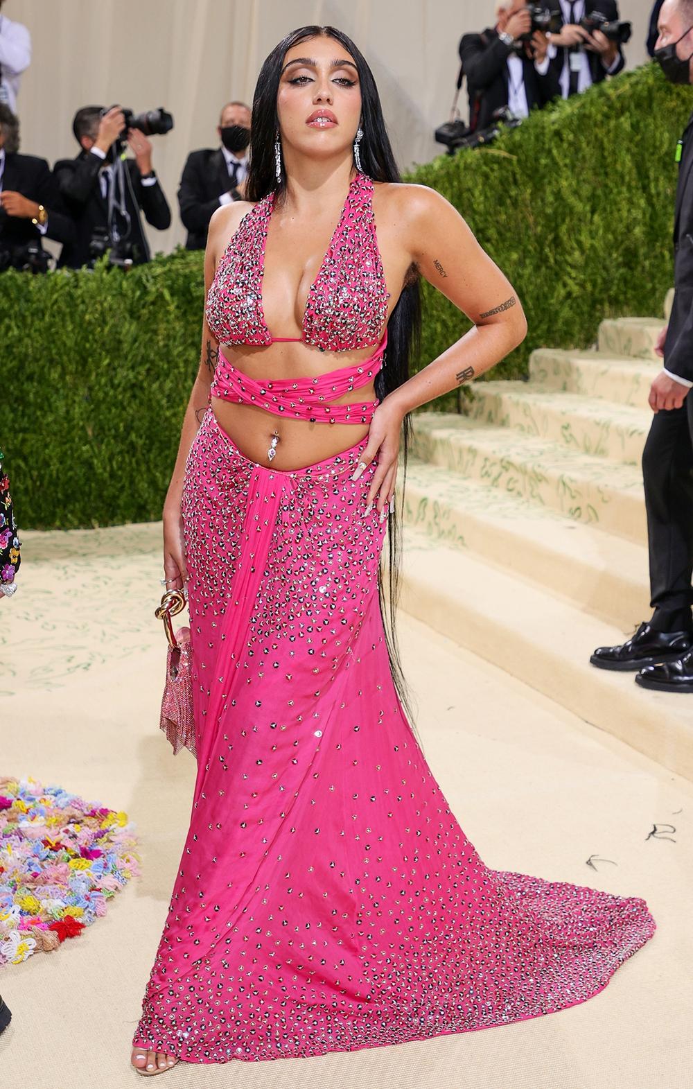 Con gái Madonna mặc hở hang, khoe lông nách và tạo dáng khó hiểu trên thảm đỏ Met Gala 2021 - Ảnh 1.