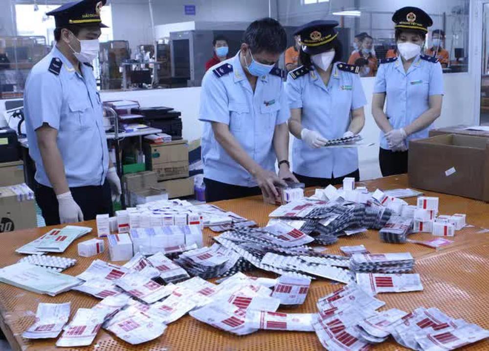 CLIP: Hơn 60.000 viên thuốc điều trị Covid-19 nguỵ trang là quà biếu về Việt Nam - Ảnh 2.