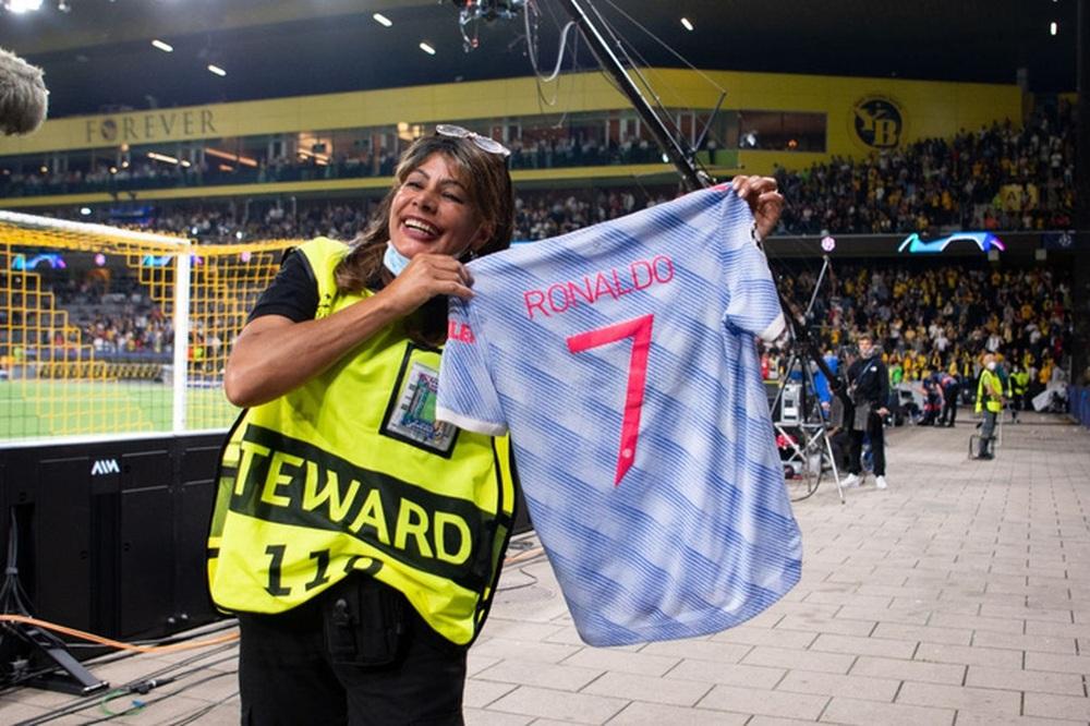 Nhân viên an ninh được tặng áo số 7 huyền thoại sau khi bị Ronaldo đá bóng trúng đầu - Ảnh 1.