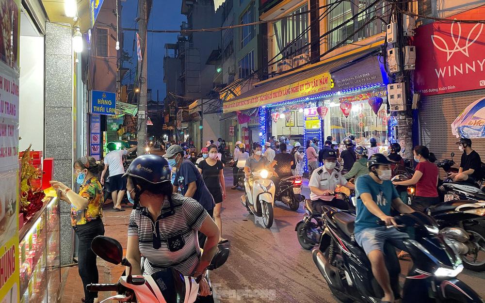 Người dân Thủ đô xếp hàng dài mua bánh trung thu truyền thống ở làng nghề Xuân Đỉnh - Ảnh 1.