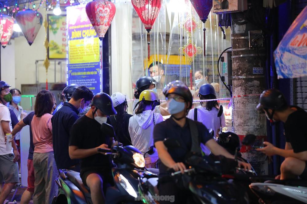 Người dân Thủ đô xếp hàng dài mua bánh trung thu truyền thống ở làng nghề Xuân Đỉnh - Ảnh 2.