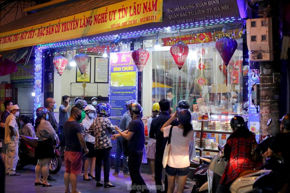 Người dân Thủ đô xếp hàng dài mua bánh trung thu truyền thống ở làng nghề Xuân Đỉnh - Ảnh 3.