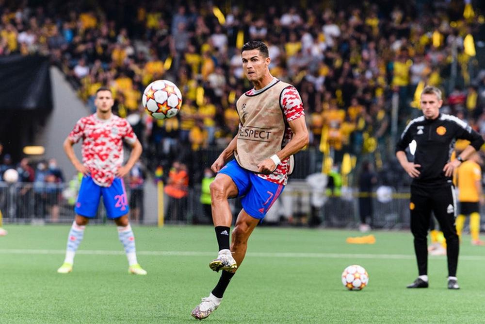Nhân viên an ninh được tặng áo số 7 huyền thoại sau khi bị Ronaldo đá bóng trúng đầu - Ảnh 4.