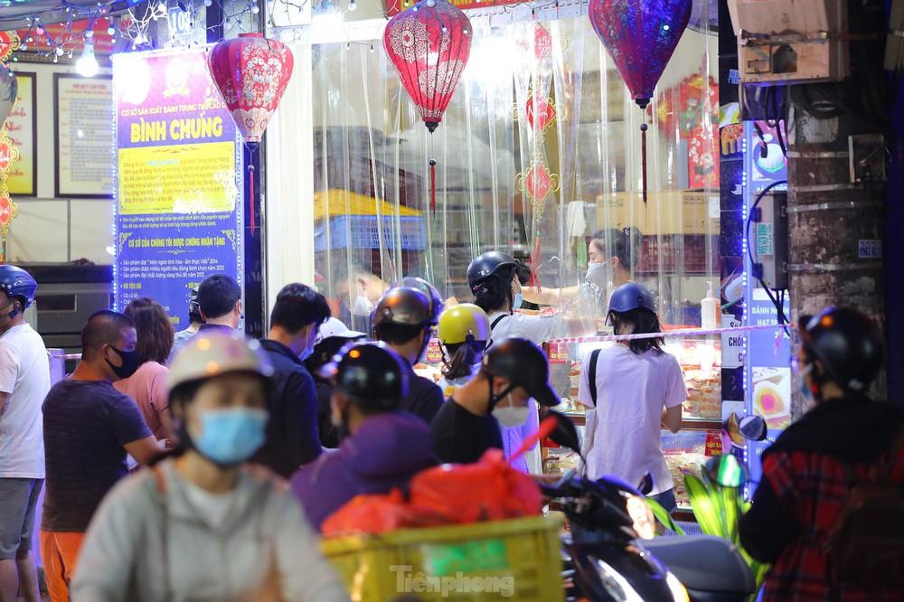 Người dân Thủ đô xếp hàng dài mua bánh trung thu truyền thống ở làng nghề Xuân Đỉnh - Ảnh 4.