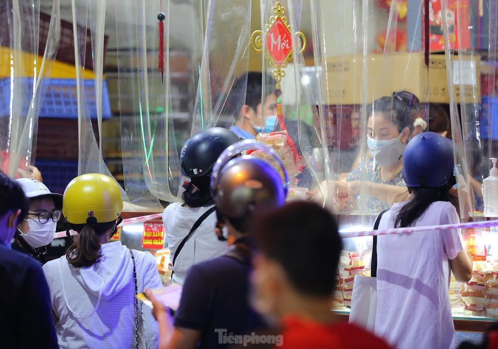 Người dân Thủ đô xếp hàng dài mua bánh trung thu truyền thống ở làng nghề Xuân Đỉnh - Ảnh 5.