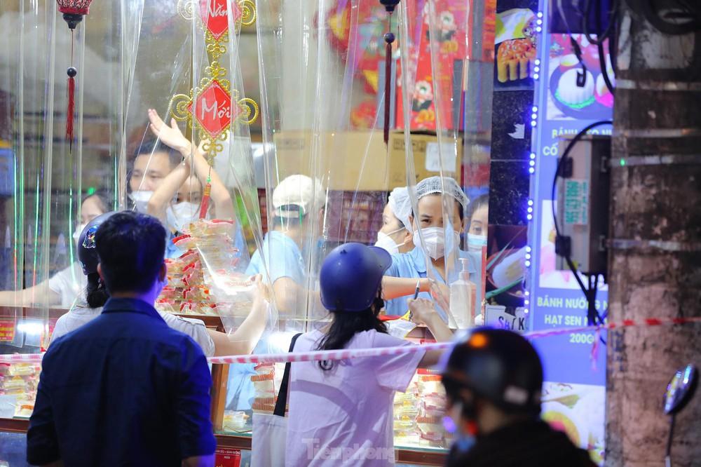 Người dân Thủ đô xếp hàng dài mua bánh trung thu truyền thống ở làng nghề Xuân Đỉnh - Ảnh 6.