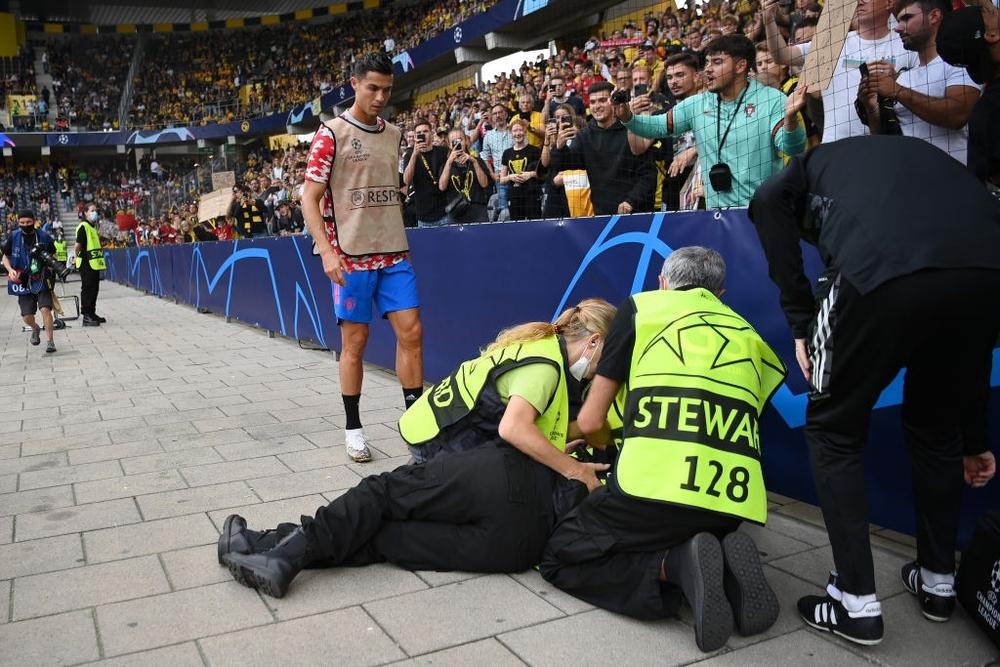 Nhân viên an ninh được tặng áo số 7 huyền thoại sau khi bị Ronaldo đá bóng trúng đầu - Ảnh 7.