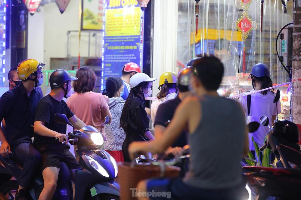 Người dân Thủ đô xếp hàng dài mua bánh trung thu truyền thống ở làng nghề Xuân Đỉnh - Ảnh 7.