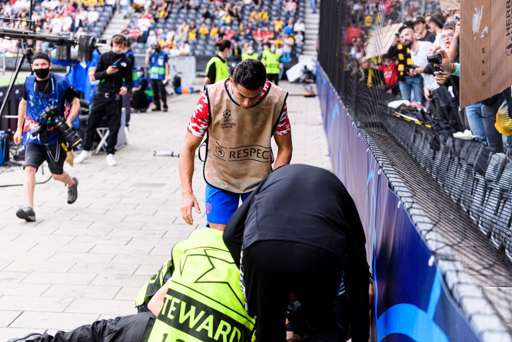 Nhân viên an ninh được tặng áo số 7 huyền thoại sau khi bị Ronaldo đá bóng trúng đầu - Ảnh 8.