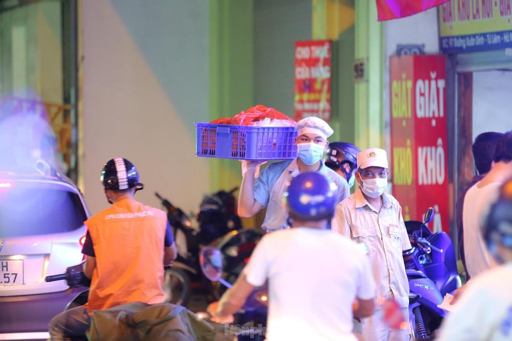 Người dân Thủ đô xếp hàng dài mua bánh trung thu truyền thống ở làng nghề Xuân Đỉnh - Ảnh 8.