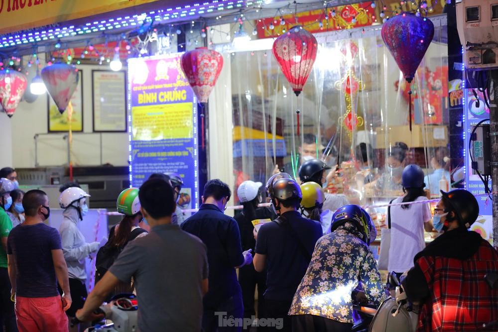 Người dân Thủ đô xếp hàng dài mua bánh trung thu truyền thống ở làng nghề Xuân Đỉnh - Ảnh 9.