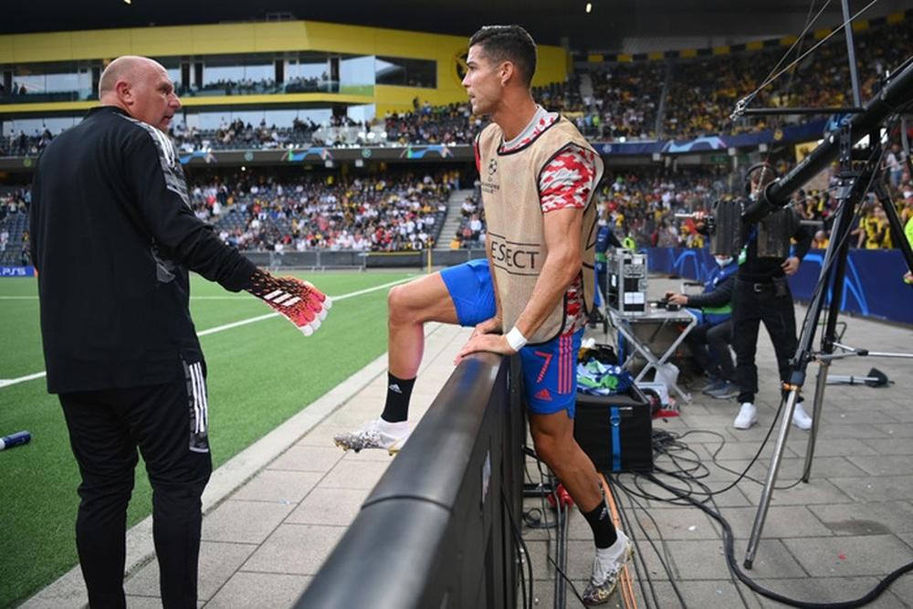 Nhân viên an ninh được tặng áo số 7 huyền thoại sau khi bị Ronaldo đá bóng trúng đầu - Ảnh 10.