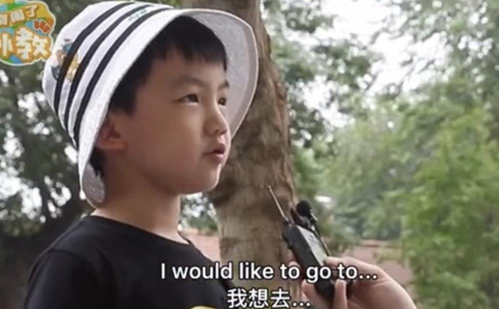 Khách Tây bắt chuyện Tiếng Anh, ai ngờ gặp trúng thần đồng Việt Nam, kinh ngạc trước màn đối đáp của cậu bé 7 tuổi