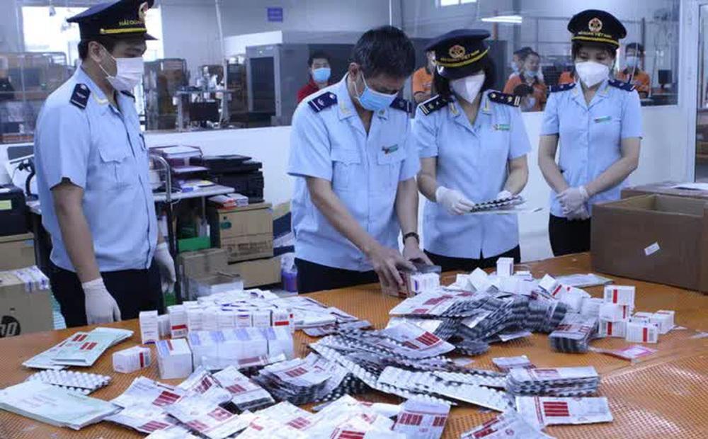 """CLIP: Hơn 60.000 viên thuốc điều trị Covid-19 """"nguỵ trang"""" là quà biếu về Việt Nam"""