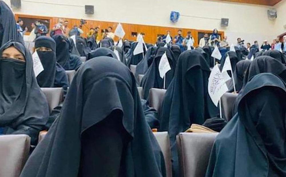 Bộ đồ kỳ lạ của phụ nữ Afghanistan: Phải bịt kín mắt để đi học, lo ngại lớn về lời hứa ''công bằng với phụ nữ'' của Taliban