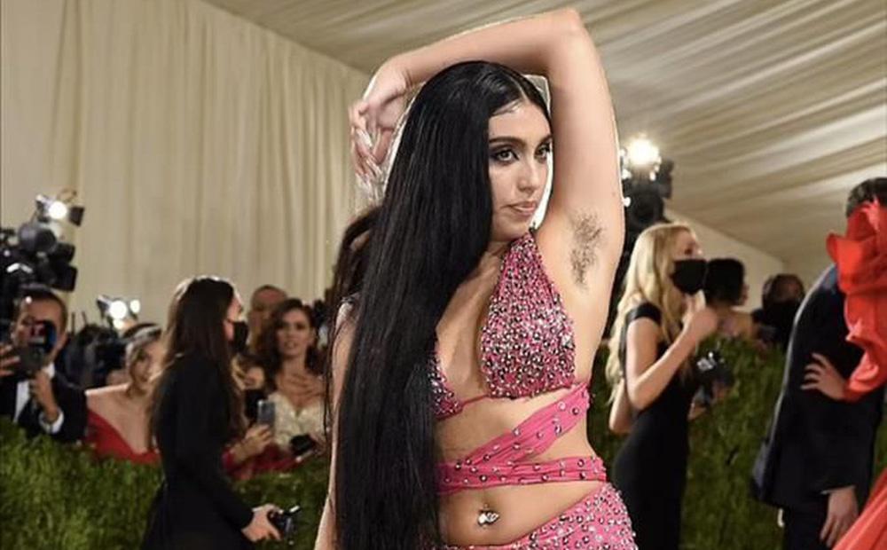 Con gái Madonna mặc hở hang, khoe lông nách và tạo dáng khó hiểu trên thảm đỏ Met Gala 2021