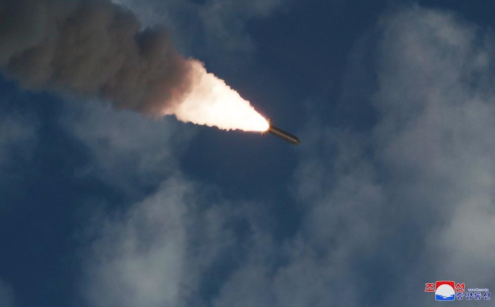 NÓNG: Triều Tiên vừa phóng 2 quả đạn nghi là tên lửa đạn đạo về phía biển Nhật Bản