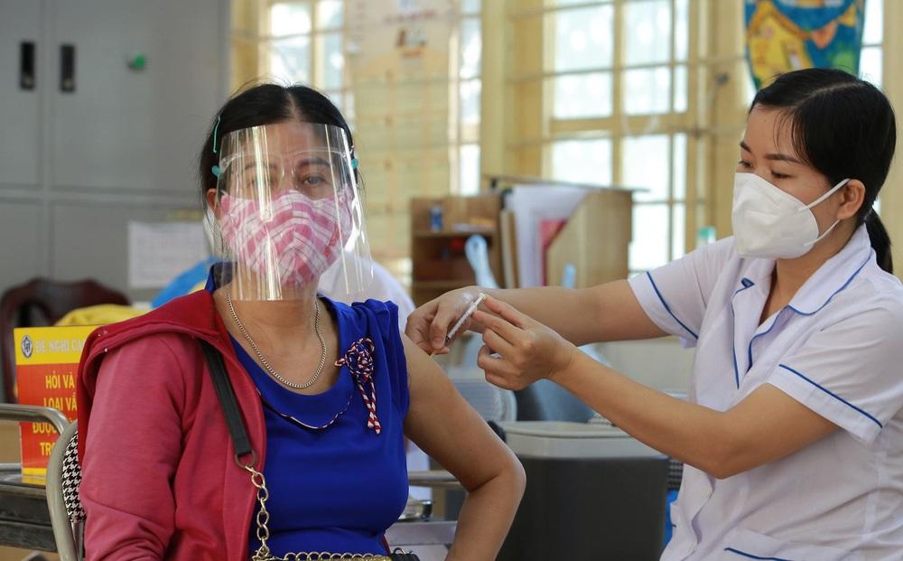 Hà Nội: Chủ tịch phường nói gì khi yêu cầu dân viết cam kết, nêu lý do không tiêm vaccine phòng Covid-19?