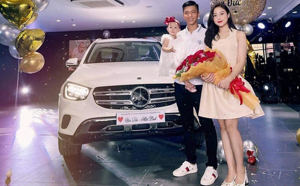 Văn Đức sắm Mercedes tặng vợ, rước đèn trung thu sớm cùng con gái