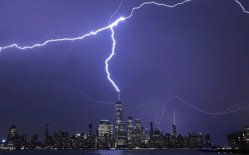 24h qua ảnh: Sét đánh trúng đỉnh tòa nhà chọc trời ở Mỹ