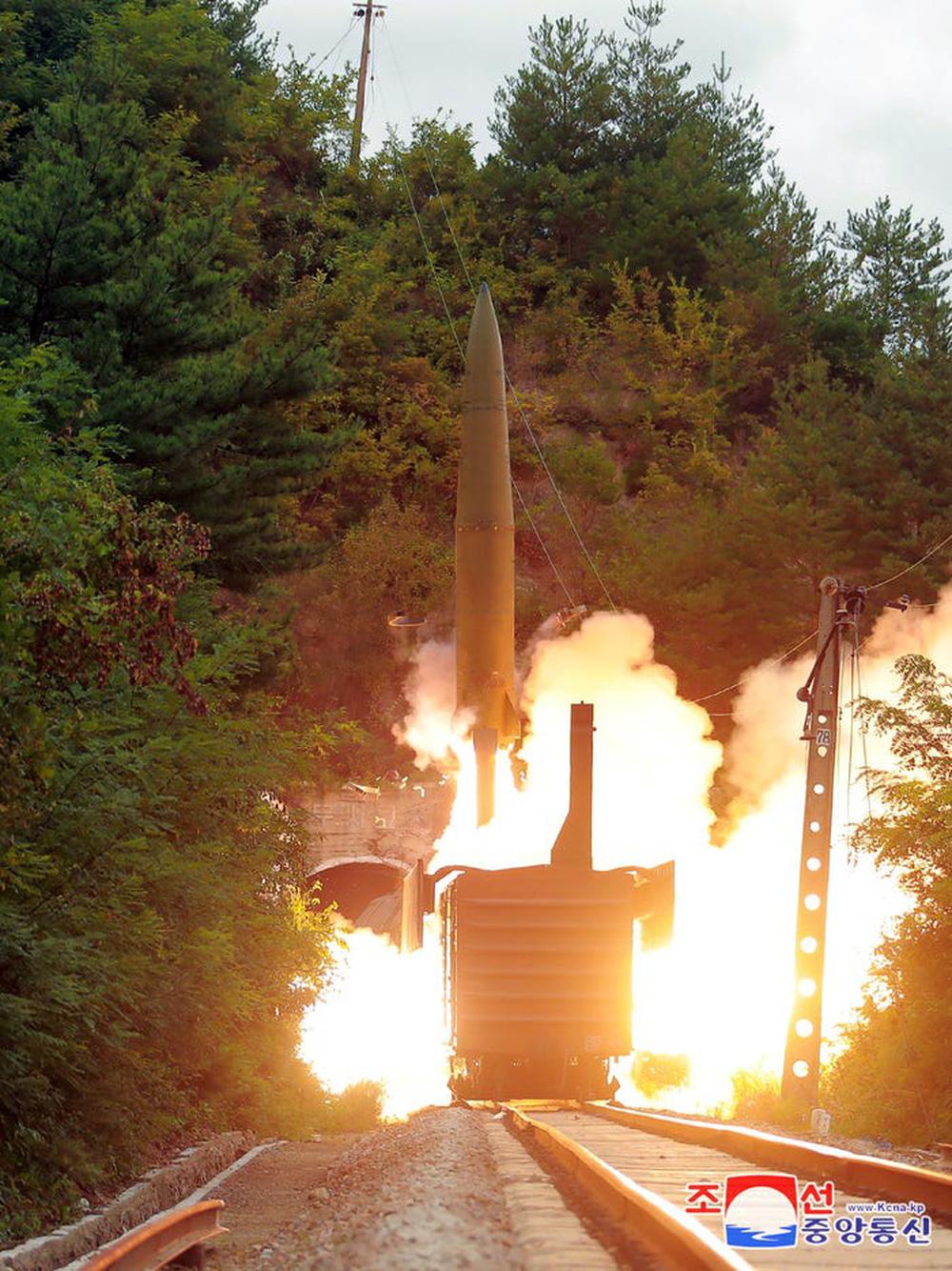 Trình độ công nghệ Triều Tiên đã cho phép bắn tên lửa đạn đạo từ tàu hỏa - Ảnh 1.