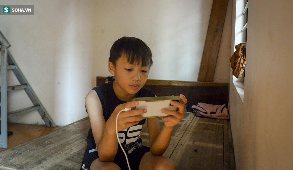 Hà Nội: Cặp vợ chồng có 6 con học online nhưng nhà có duy nhất 2 điện thoại, thầy hiệu trưởng cho mượn 1 chiếc - Ảnh 10.