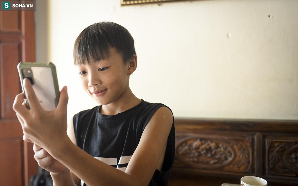 Hà Nội: Cặp vợ chồng có 6 con học online nhưng nhà có duy nhất 2 điện thoại, thầy hiệu trưởng cho mượn 1 chiếc - Ảnh 8.