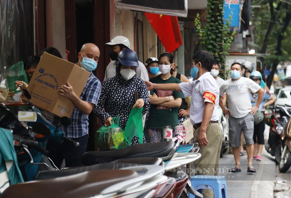 Phường buộc tiệm bánh trung thu nổi tiếng ở Hà Nội đóng cửa 2 cơ sở, cử công an chốt trực tại đây - Ảnh 2.