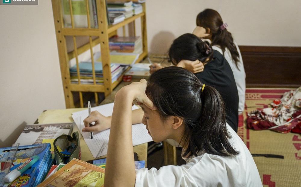 Hà Nội: Cặp vợ chồng có 6 con học online nhưng nhà có duy nhất 2 điện thoại, thầy hiệu trưởng cho mượn 1 chiếc