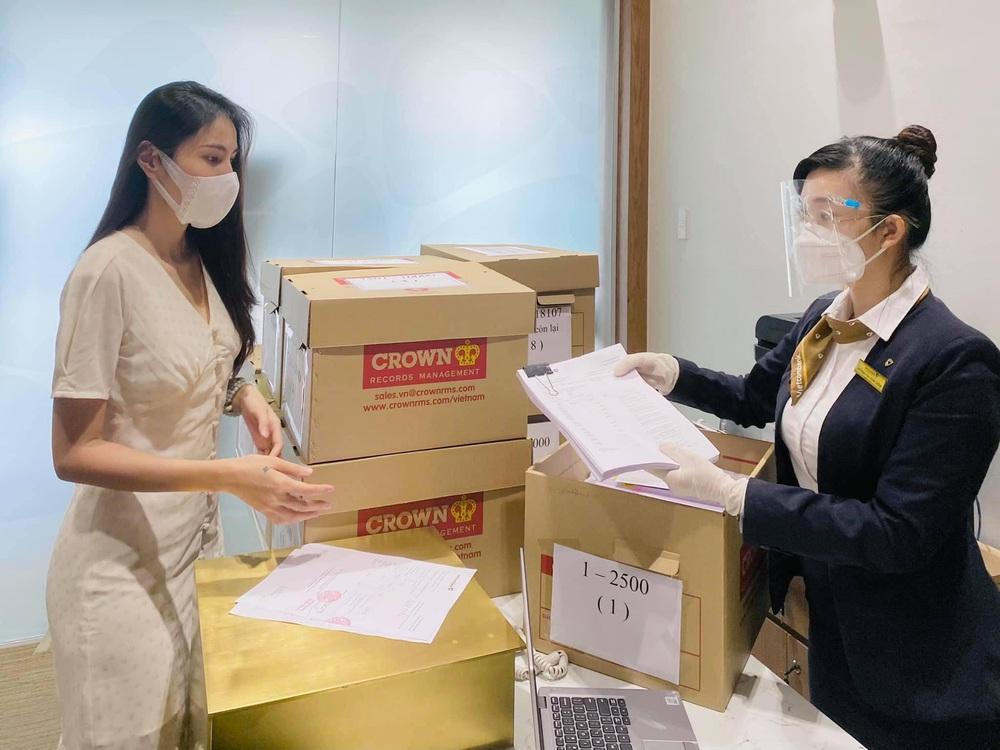 Thủy Tiên, Công Vinh đã nhận 18.000 tờ sao kê ở ngân hàng, hẹn 15h livestream công khai minh bạch - Ảnh 4.