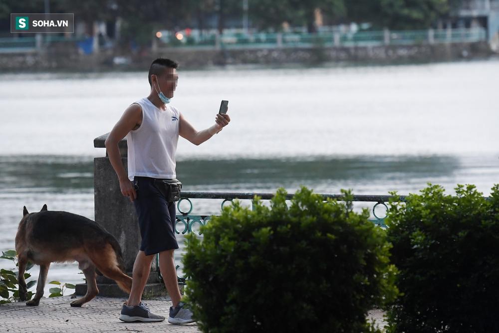 Ôm chó bỏ chạy khi thấy công an tuần tra ở hồ Tây - Ảnh 4.