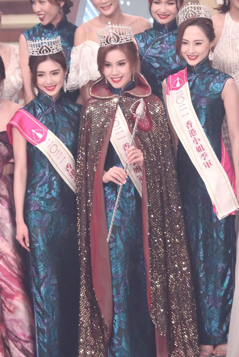 Nhan sắc gợi cảm của mỹ nữ gốc Việt đăng quang tại Hoa hậu Hong Kong 2021 - Ảnh 1.