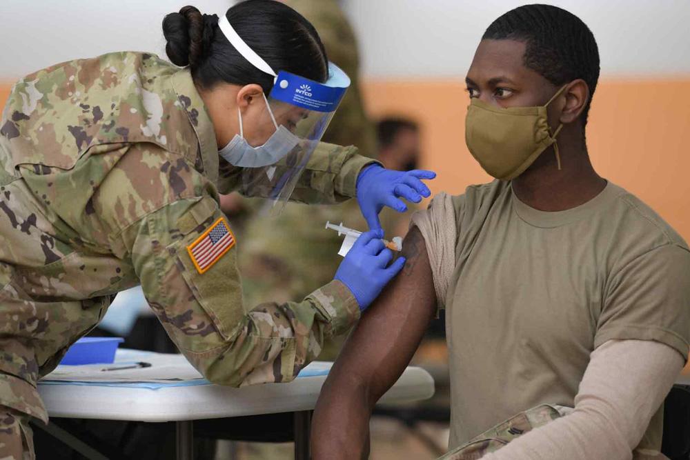 Binh sĩ Mỹ đối mặt điều gì khi từ chối tiêm vaccine COVID-19 - Ảnh 2.
