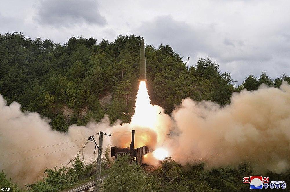 Khoảnh khắc tên lửa đạn đạo Triều Tiên lần đầu rời bệ phóng trên tàu hỏa - Ảnh 2.