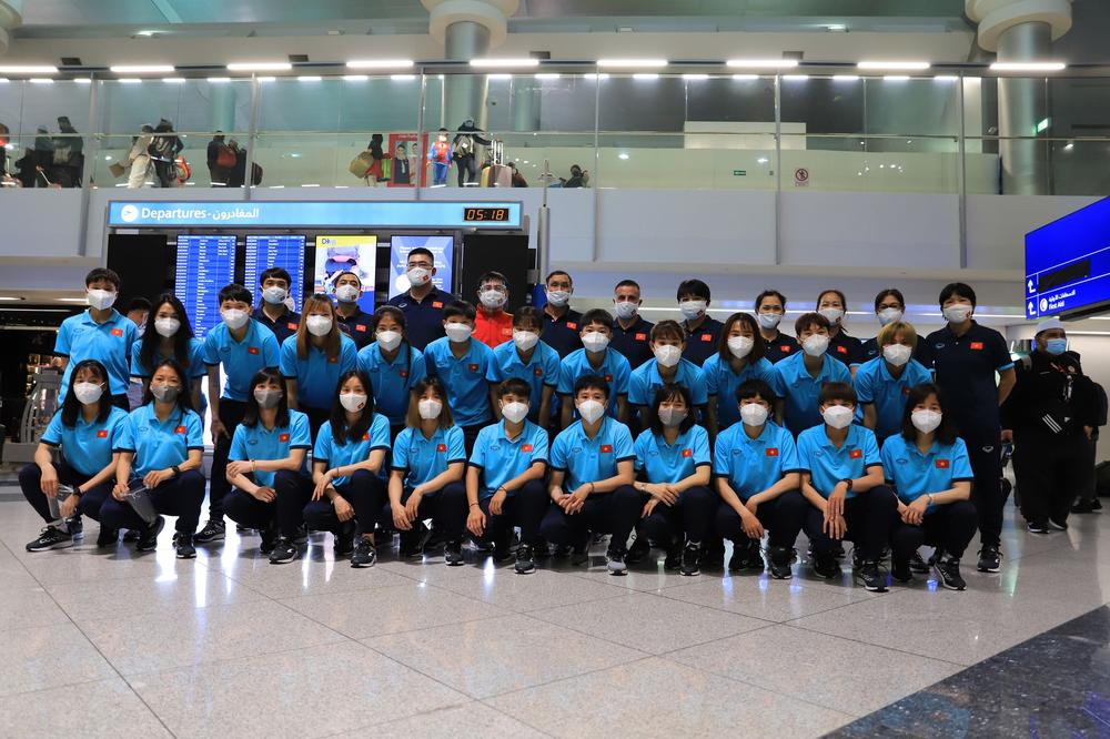 Tuyển nữ Việt Nam hào hứng khi đặt chân đến Dubai - Ảnh 1.