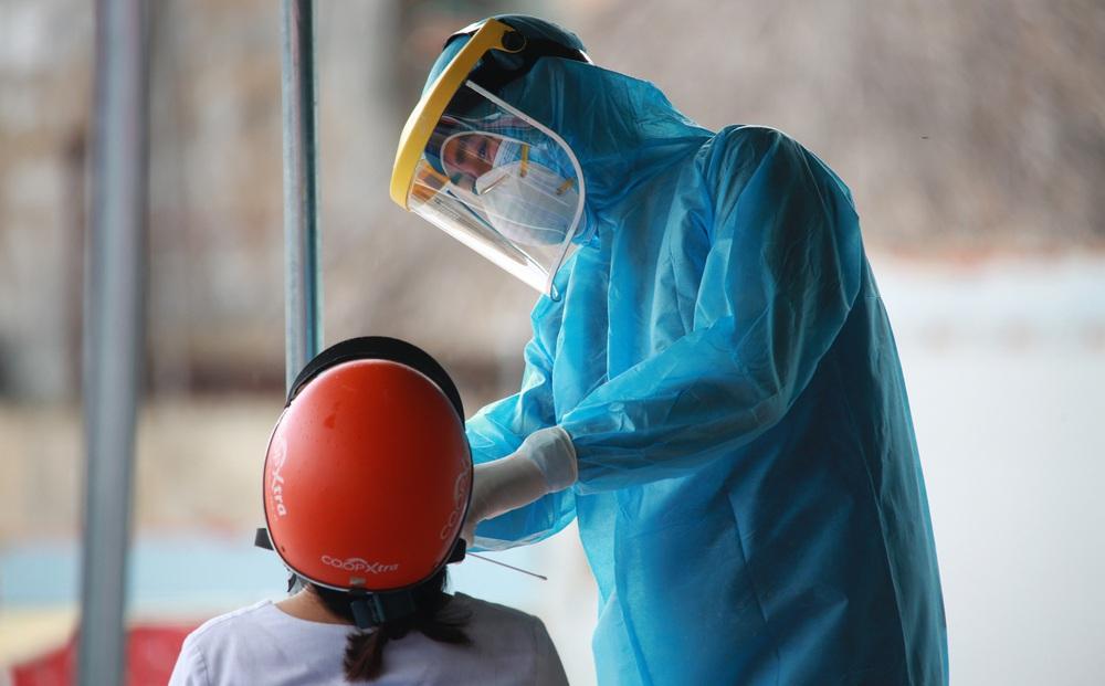 """Vì sao TP.HCM vẫn ghi nhận 4.000-6.000 ca nhiễm mỗi ngày dù """"ai ở đâu ở yên đó""""?"""